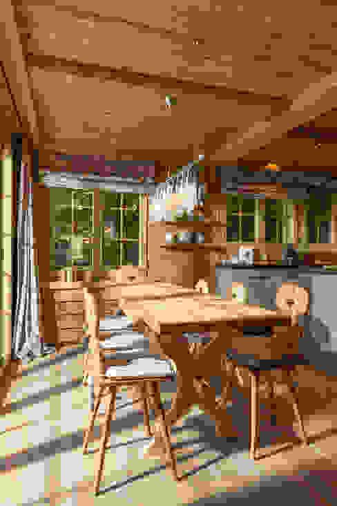 Küche in Altholz Rustikale Küchen von homify Rustikal Holzwerkstoff Transparent