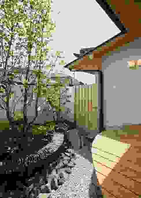庭 モダンデザインの テラス の アンドウ設計事務所 モダン 無垢材 多色