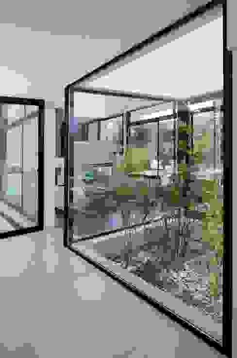 Jardines de estilo moderno de Remy Arquitectos Moderno