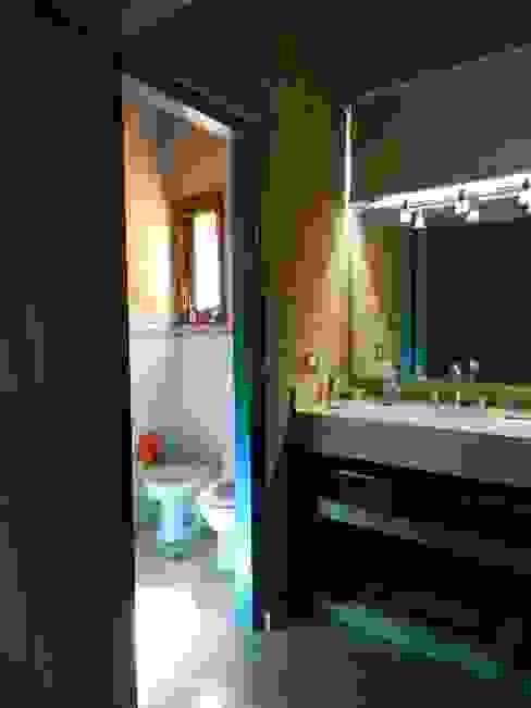 モダンスタイルの お風呂 の ART quitectura + diseño de Interiores. ARQ SCHIAVI VALERIA モダン