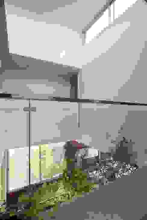 Casa del Cabo Pasillos, vestíbulos y escaleras modernos de Remy Arquitectos Moderno