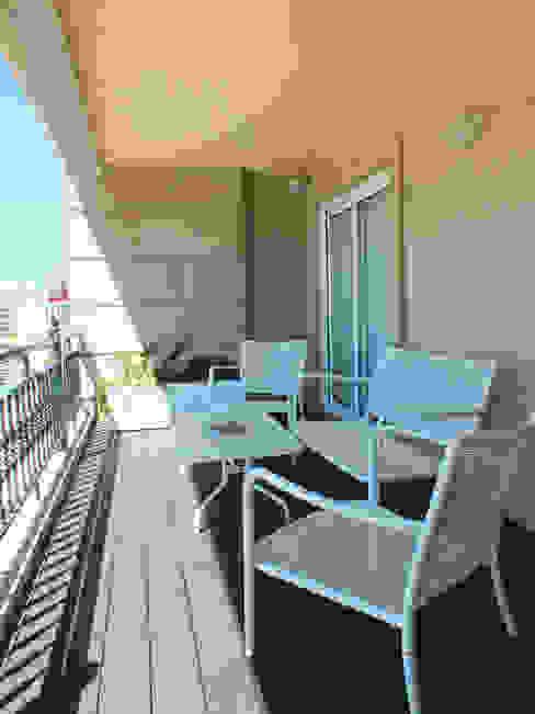 Apartamento de vacaciones en Sanxenxo, Galicia. Balcones y terrazas de estilo moderno de Oito Interiores Moderno