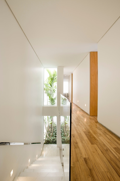 Modern Corridor, Hallway and Staircase by Márcia Carvalhaes Arquitetura LTDA. Modern