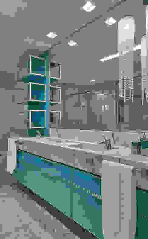 モダンスタイルの お風呂 の Isabela Canaan Arquitetos e Associados モダン
