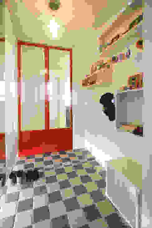 Pasillos, halls y escaleras escandinavos de 홍예디자인 Escandinavo