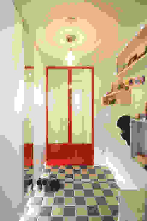 Skandynawski korytarz, przedpokój i schody od 홍예디자인 Skandynawski