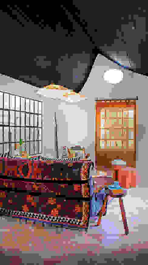 Soggiorno moderno di Juan Carlos Loyo Arquitectura Moderno