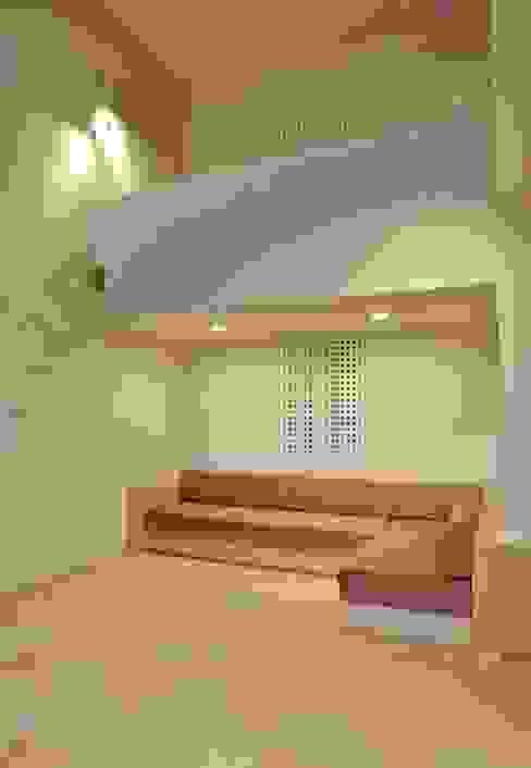 Salas / recibidores de estilo  por 川口孝男建築設計事務所, Moderno Azulejos
