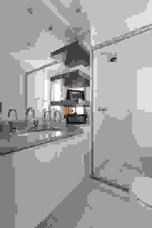 Ванная комната в стиле минимализм от homify Минимализм МДФ