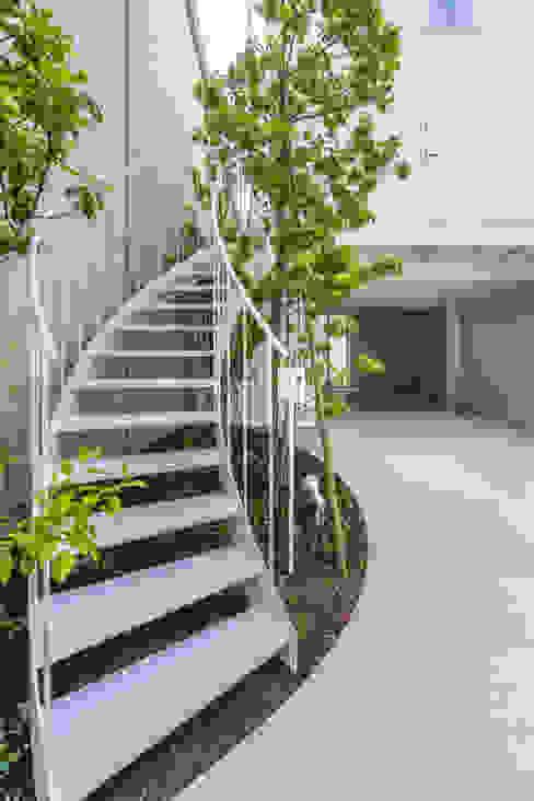 Balcone, Veranda & Terrazza in stile moderno di Nobuyoshi Hayashi Moderno