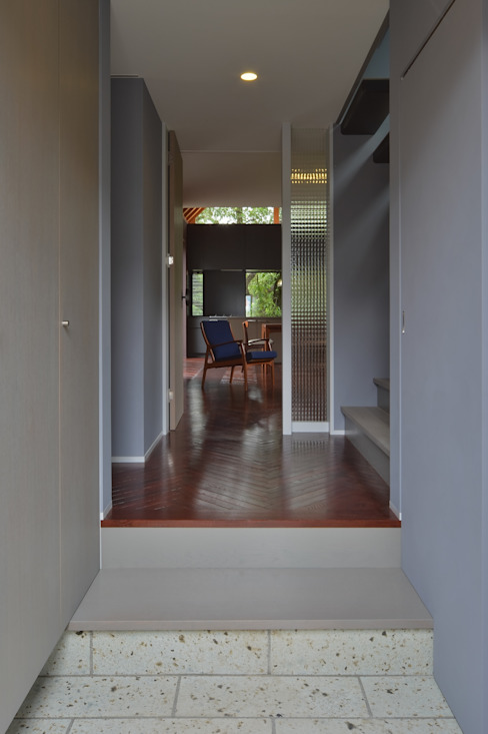 現代風玄關、走廊與階梯 根據 Nobuyoshi Hayashi 現代風