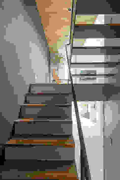 Коридор, прихожая и лестница в модерн стиле от Nobuyoshi Hayashi Модерн