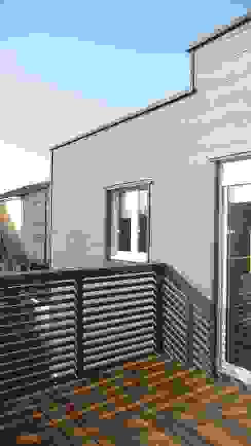 Sur-élévation en ossature bois traditionnelle Balcon, Veranda & Terrasse modernes par AADD+ Moderne