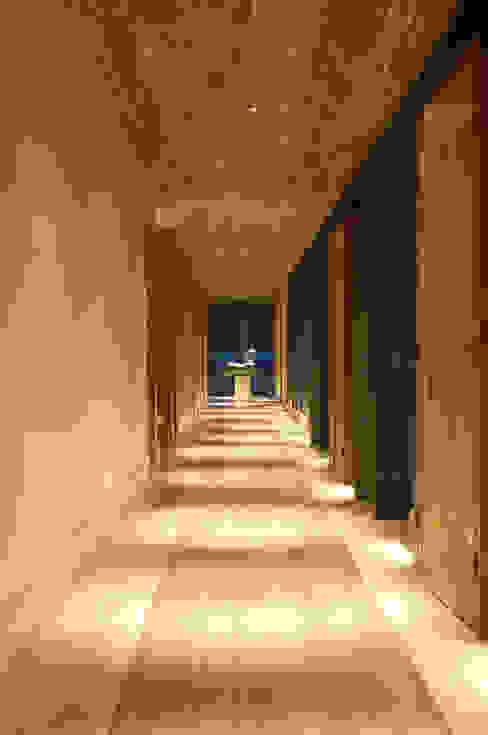 Wiejski korytarz, przedpokój i schody od Mario Caetano e Eliane Pinheiro Wiejski