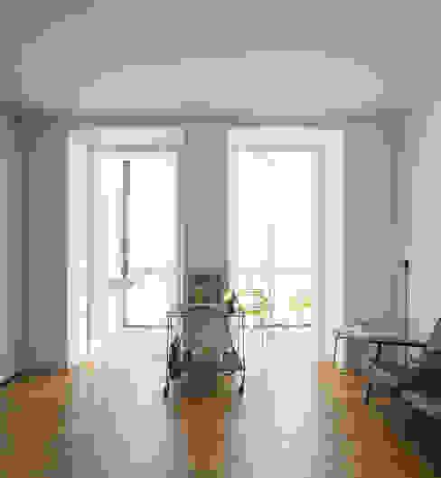 a Corredores, halls e escadas modernos por fala Moderno