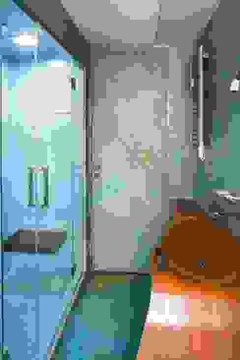 Bagno resina azzurra Bagno moderno di officinaleonardo Moderno Sintetico Marrone