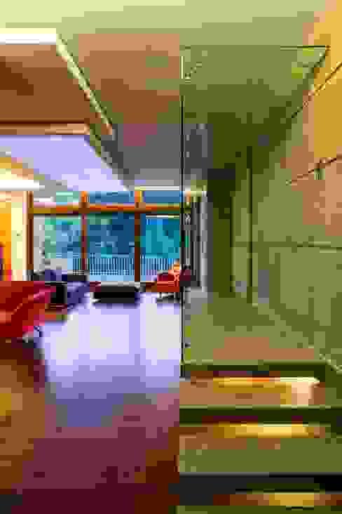 Corridoio Ingresso, Corridoio & Scale in stile moderno di officinaleonardo Moderno Sintetico Marrone