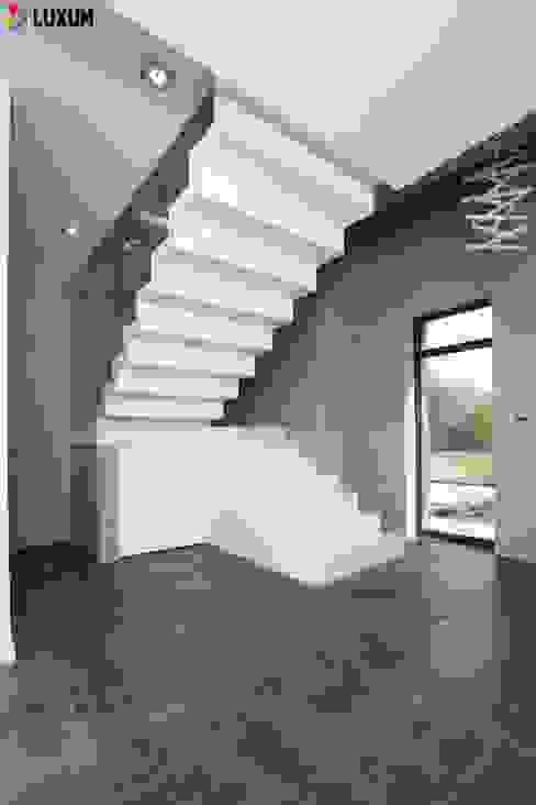 Beton architektoniczny we wnętrzu Minimalistyczny korytarz, przedpokój i schody od Luxum Minimalistyczny