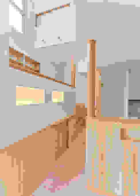 Pasillos y recibidores de estilo  por 君島弘章建築設計事務所