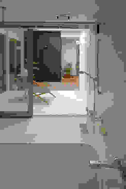 Baños modernos de スタジオ・ベルナ Moderno Azulejos