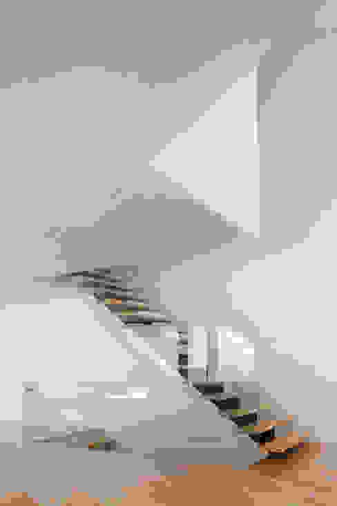 JC House: Corredores e halls de entrada  por JPS Atelier - Arquitectura, Design e Engenharia,Moderno