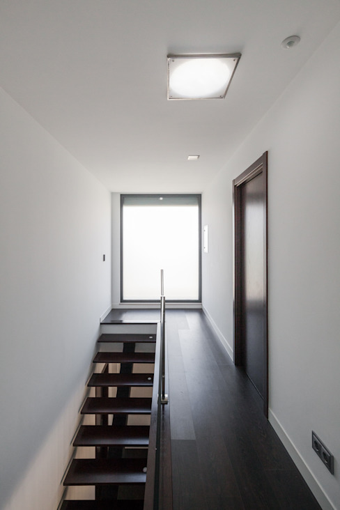 Modern Corridor, Hallway and Staircase by JPS Atelier - Arquitectura, Design e Engenharia Modern