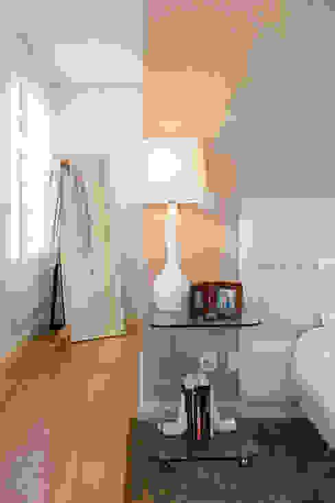 Camera da letto moderna di Traço Magenta - Design de Interiores Moderno