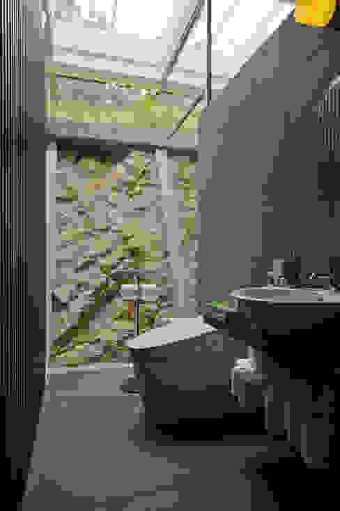 ねこハウス: sngDESIGNが手掛けた浴室です。,モダン
