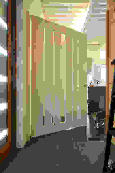 Ingresso, Corridoio & Scale in stile moderno di sngDESIGN Moderno