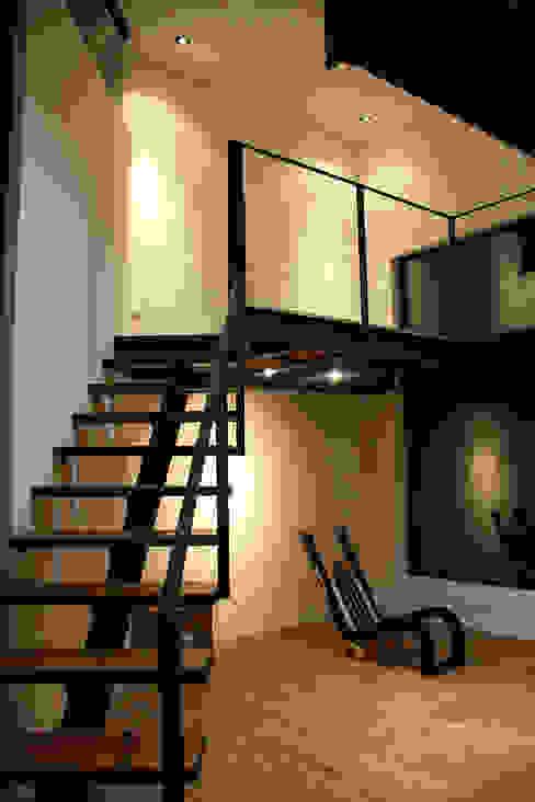 Escalera en biblioteca: Estudios y oficinas de estilo  por Narda Davila arquitectura, Moderno Madera Acabado en madera
