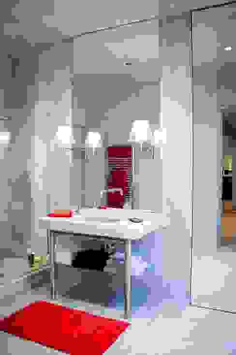 Salle de bain individuelle avec douche Salle de bain moderne par réHome Moderne