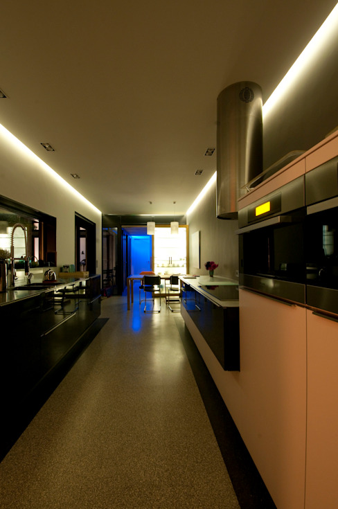 ruime en lichte eetkeuken:  Keuken door JANICKI ARCHITECT
