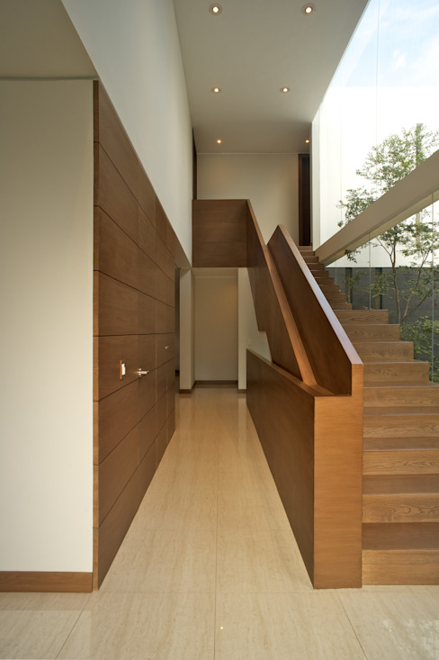 Casa Koz: Pasillos y recibidores de estilo  por Tacher Arquitectos, Moderno
