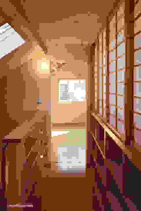 図書館階段  Espacio para libros alrededor de las escaleras.: アグラ設計室一級建築士事務所 agra design roomが手掛けた玄関&廊下&階段です。