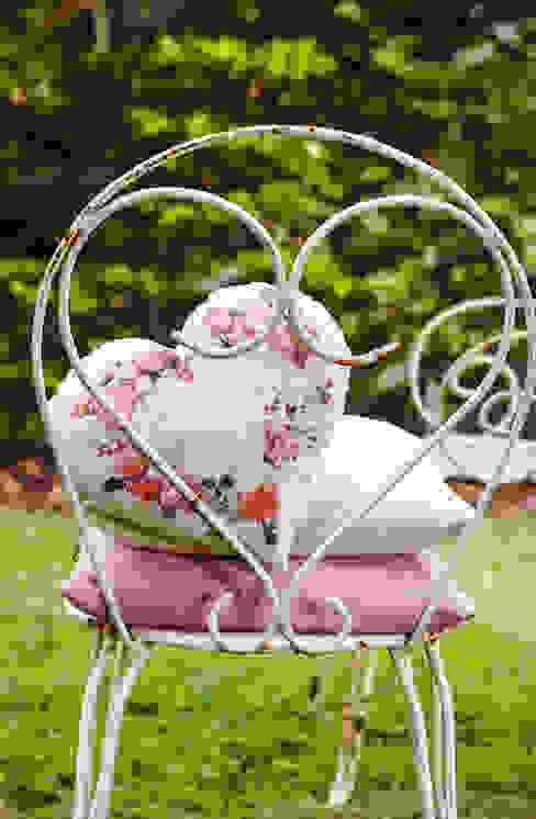 romantisches Herzkissen mit passenden Uni-Kissen Moderner Balkon, Veranda & Terrasse von homify Modern