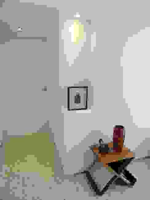 12 Pasillos, vestíbulos y escaleras de estilo minimalista de RRA Arquitectura Minimalista
