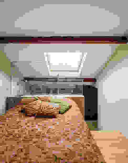 Camera da letto moderna di XYZ Arquitectos Associados Moderno