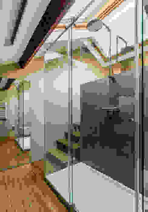 Bagno moderno di XYZ Arquitectos Associados Moderno