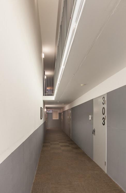Modern Corridor, Hallway and Staircase by Strakx associates Modern