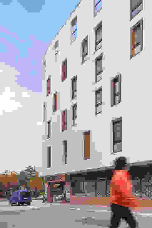 Woonam Urban Housing: Strakx associates 의  주택,