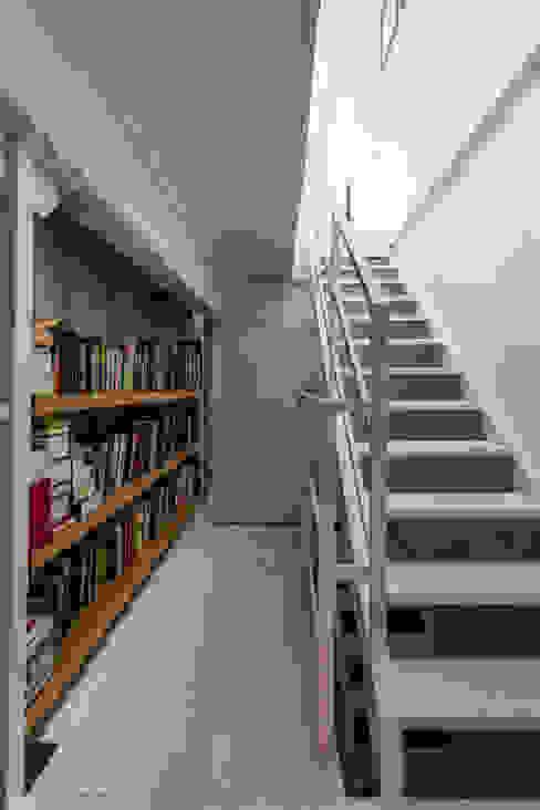 Escalera | Reforma Loft Barcelona | Standal Pasillos, vestíbulos y escaleras de estilo moderno de homify Moderno