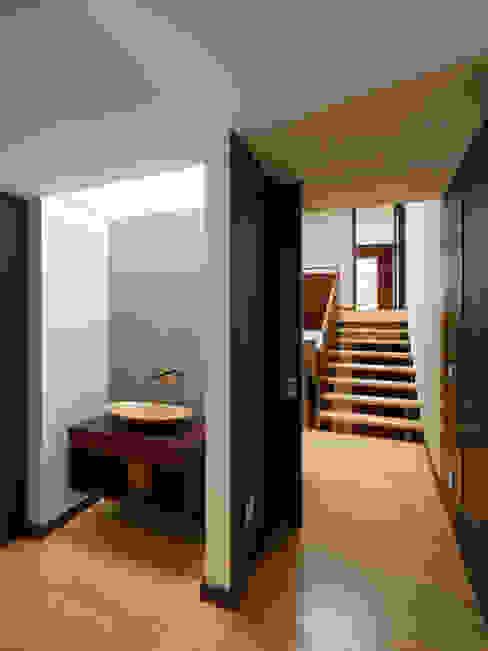 Casa AA_5 Corredores, halls e escadas modernos por XYZ Arquitectos Associados Moderno