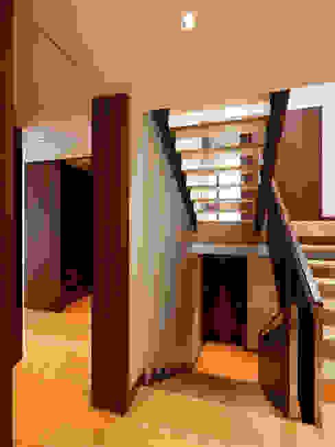Modern corridor, hallway & stairs by XYZ Arquitectos Associados Modern