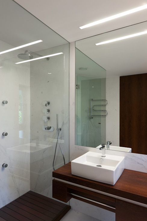 Baños de estilo moderno de XYZ Arquitectos Associados Moderno