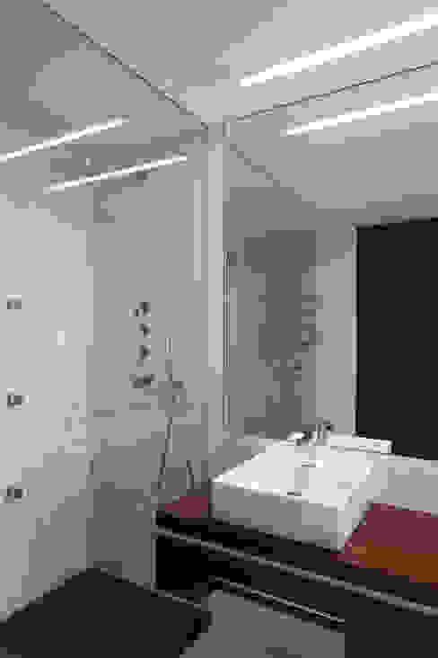 Modern bathroom by XYZ Arquitectos Associados Modern