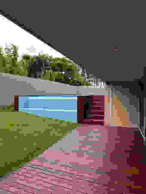 Casa AA_10 Piscinas modernas por XYZ Arquitectos Associados Moderno