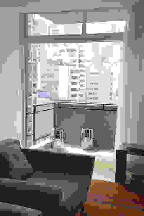 Minimalist balcony, veranda & terrace by MONICA SPADA DURANTE ARQUITETURA Minimalist