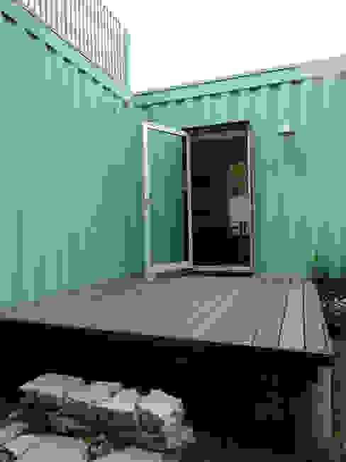 Back studio deck โดย Ecosa Institute โมเดิร์น