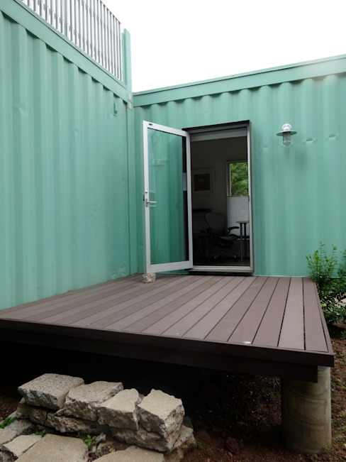 Back studio deck Balcones y terrazas modernos de homify Moderno