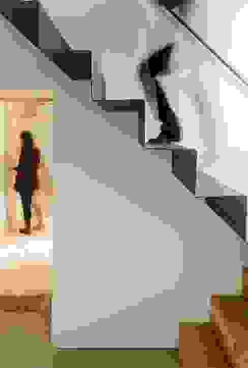 Vista interior - escadas: Corredores e halls de entrada  por Clínica de Arquitectura,Moderno Ferro/Aço